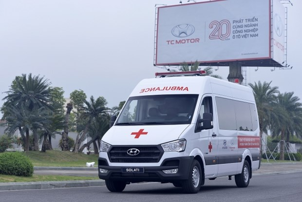 Ten ambulances delivered to help COVID-19 prevention efforts hinh anh 1