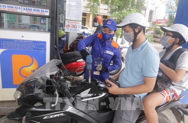 Petrol prices rise after eight cuts hinh anh 1