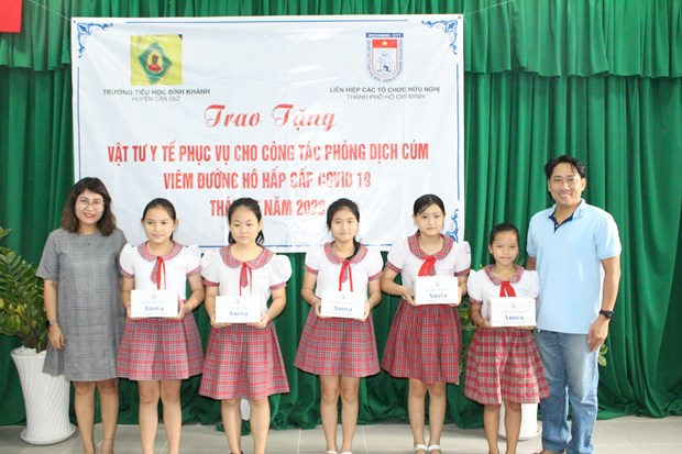 HCM City friendship organisations supporting schools in combatting COVID-19 hinh anh 1