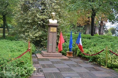 Flower offering in French city marks 130th birthday of President Ho Chi Minh hinh anh 1