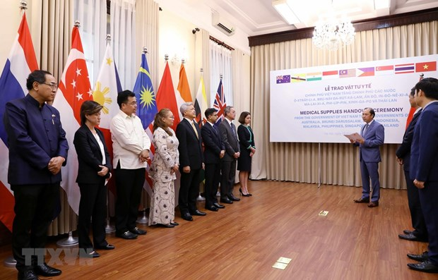 Vietnam presents medical supplies to eight countries hinh anh 1