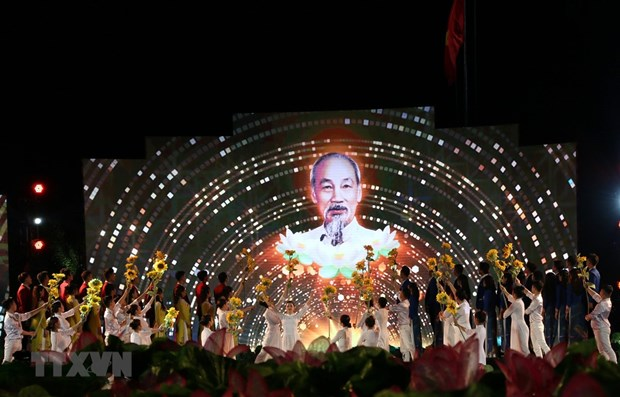 Live art programme marks President Ho Chi Minh's birthday hinh anh 1