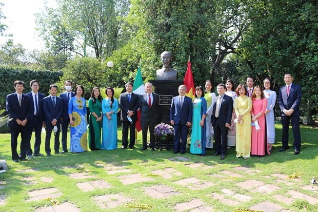 Vietnamese embassy in Mexico offers flowers at President Ho Chi Minh's statue hinh anh 1