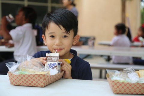 Vinamilk's US-based Driftwood donates 23,000 litres of milk hinh anh 1
