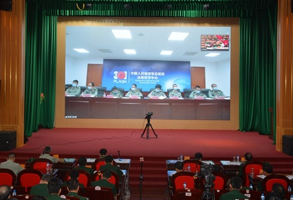 Vietnamese, Chinese army medical corps exchange experiences in battling COVID-19 hinh anh 1