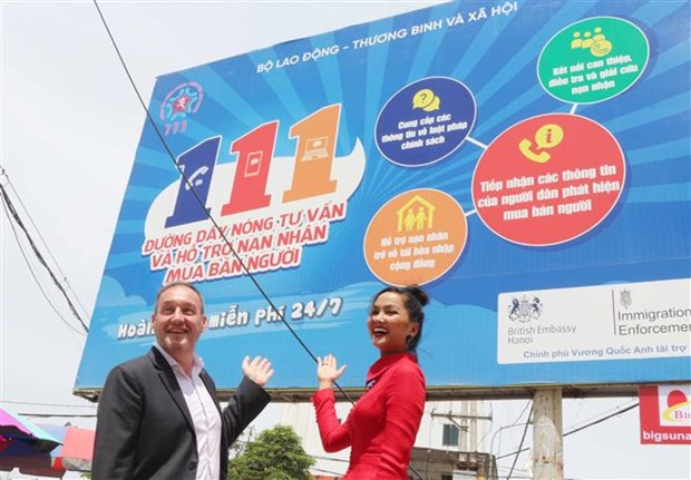 British Embassy helps set up billboards to raise awareness about human trafficking hinh anh 1