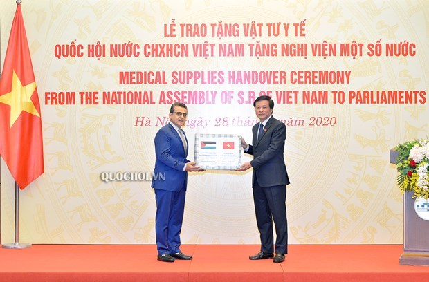 Vietnamese NA presents medical supplies to African, Middle East countries' parliaments hinh anh 1
