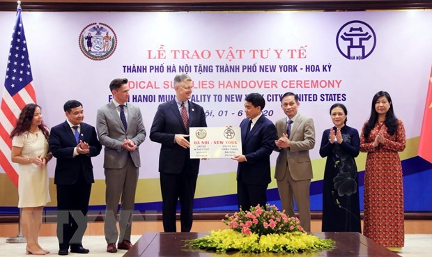 Hanoi presents medical supplies to New York hinh anh 1