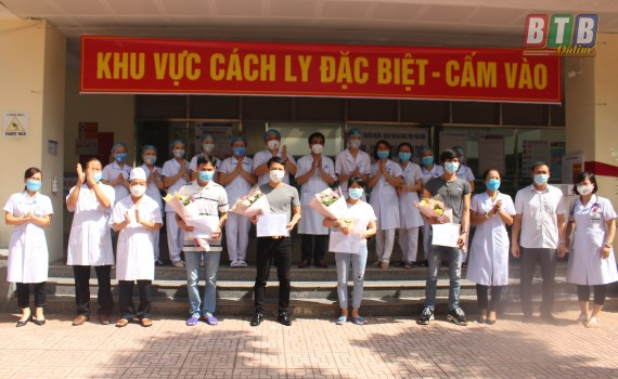 Four more COVID-19 patients given all clear hinh anh 1