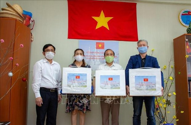 Vietnam sends medical masks to Vietnamese community in central Russia hinh anh 1