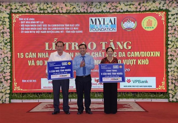 My Lai Peace Foundation presents gifts to AO/dioxin victims hinh anh 1