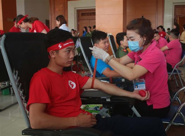 HCM City Red Cross Society honours outstanding blood donors hinh anh 2