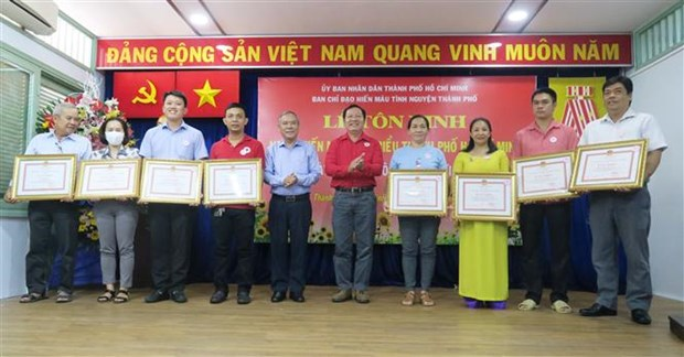 HCM City Red Cross Society honours outstanding blood donors hinh anh 1