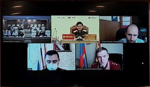Vietnamese, Russian military medicine forces share COVID-19 prevention experience hinh anh 1