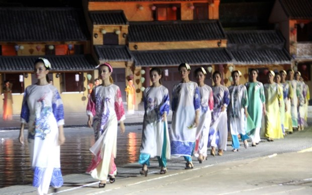 Ao dai show impresses visitors to Hoi An hinh anh 1