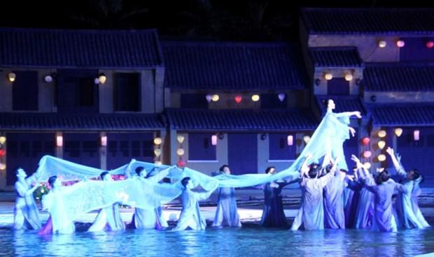 Ao dai show impresses visitors to Hoi An hinh anh 2