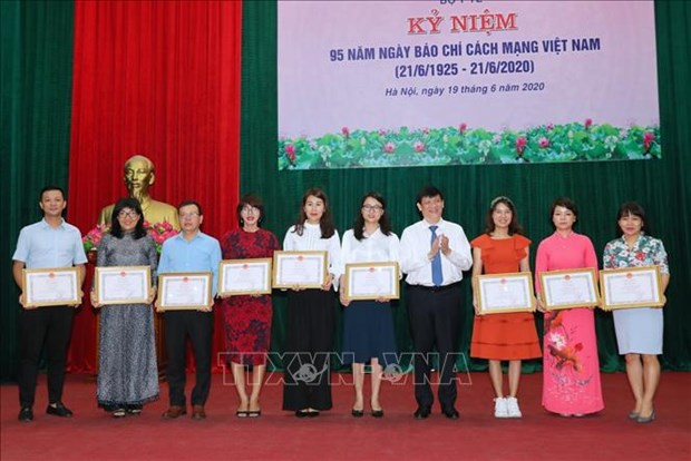 Vietnam News Agency honoured by Health Ministry for COVID-19 coverage hinh anh 1