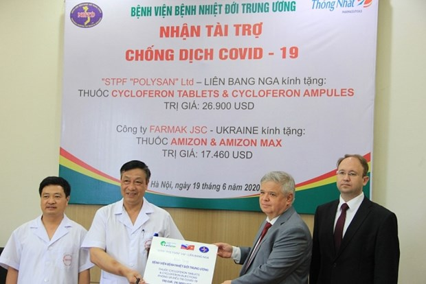 Tropical diseases hospital receives two drug parcels to fight COVID-19 hinh anh 1