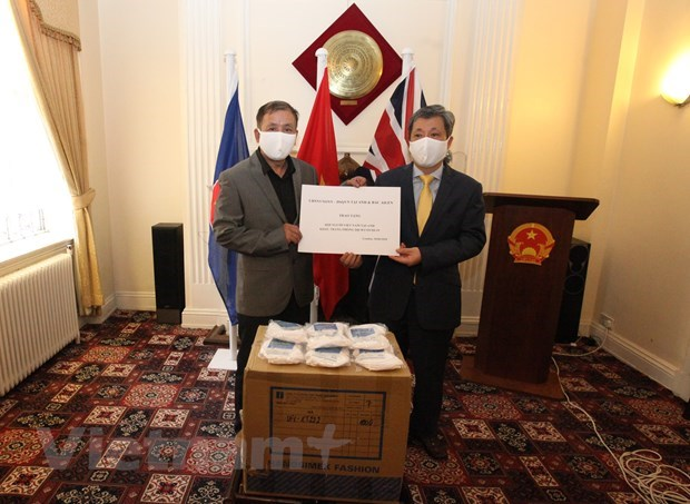 Vietnamese in UK receive face masks for preventing COVID-19 hinh anh 1