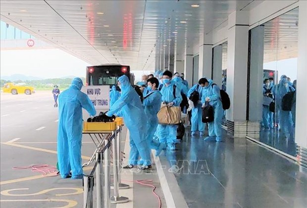 150 Japanese experts land at Van Don int'l airport hinh anh 1