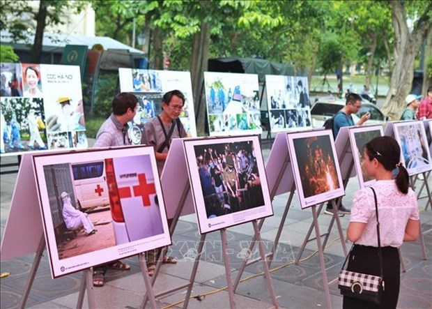 Photo exhibition highlights daily life during COVID-19 hinh anh 1