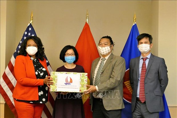 Vietnamese Embassy presents face masks to Washington D.C. hinh anh 1