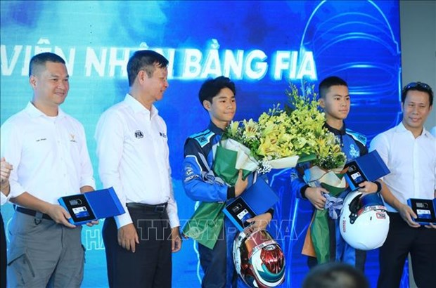 32 Vietnamese racing drivers receive licences hinh anh 1