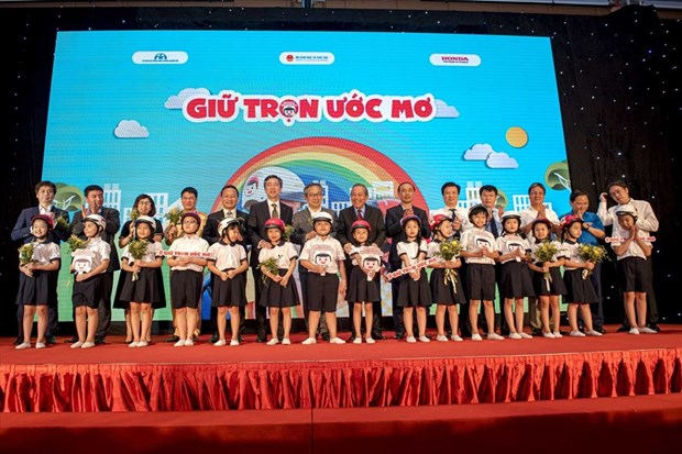 Over 1.9 million helmets granted to first graders in new school year hinh anh 1