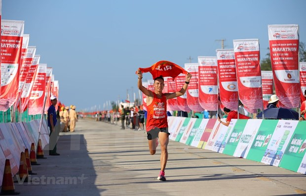 Nearly 2,000 runners compete in 61st Tien Phong Newspaper Marathon hinh anh 1