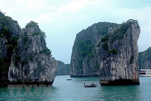 US magazine lists Ha Long Bay among world's 50 most beautiful natural wonders hinh anh 1