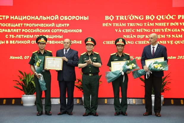 Defence minister visits Vietnam-Russia Tropical Centre hinh anh 1