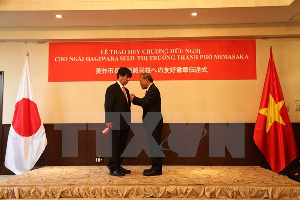 Japanese governor honoured with Vietnam's Friendship Medal hinh anh 1