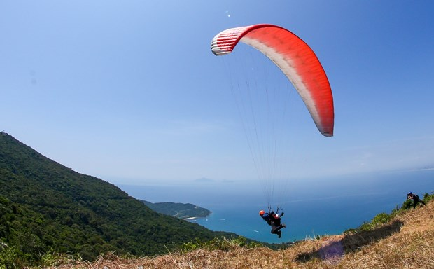 Over 100 paragliders compete in national tournament hinh anh 1