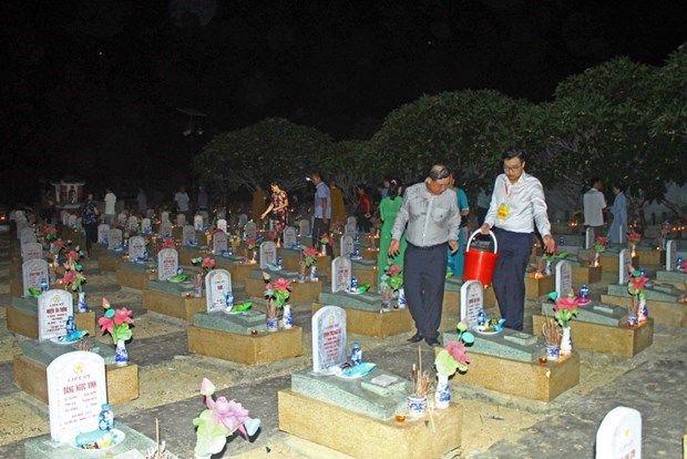 Requiem for fallen soldiers at Vietnam – Laos int'l martyrs' cemetery hinh anh 1