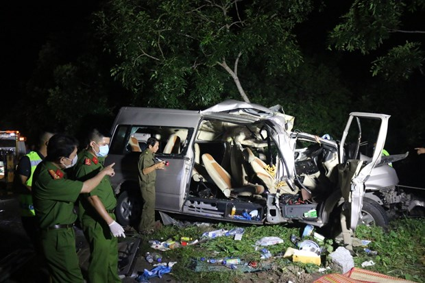 Serious car accident in Binh Thuan kills eight, injures seven hinh anh 1