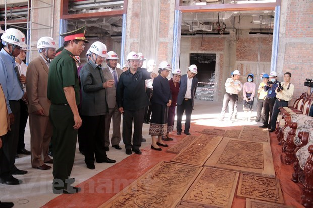 Lao leaders pleased with progress, quality of Vietnamese-built NA building hinh anh 1