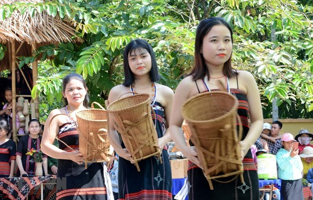 Exhibition to highlight Co Tu weaving craft hinh anh 1