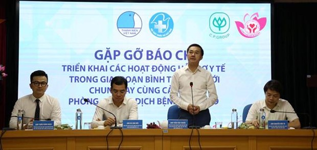 Hundreds of thousands of masks, protective suits presented to Da Nang hinh anh 1