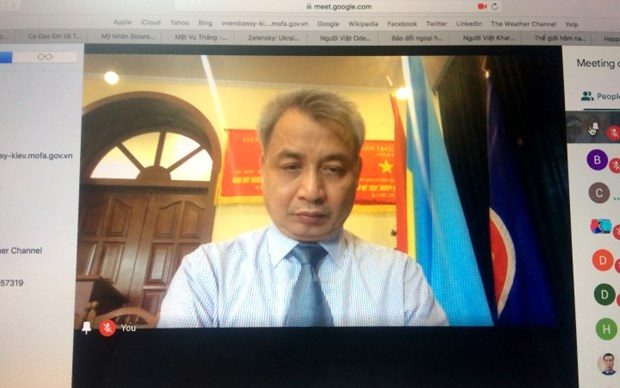 Vietnamese in Ukraine shows solidarity to cope with COVID-19 hinh anh 1