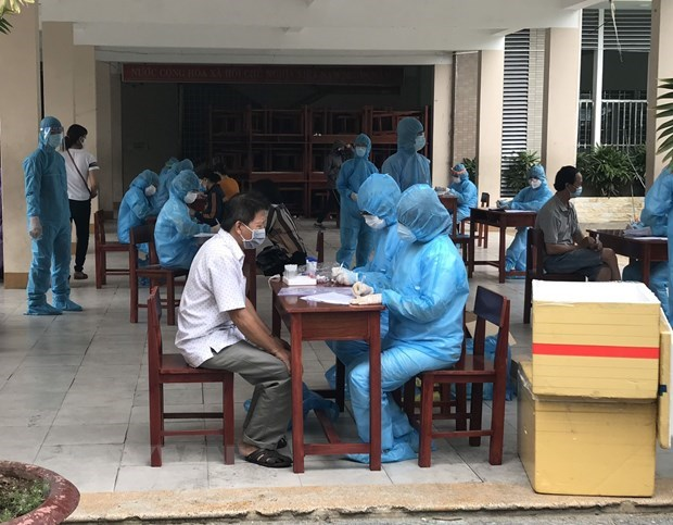 Health Ministry finds people who may have close contact with COVID-19 cases hinh anh 1