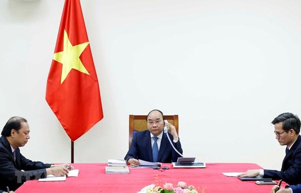 Vietnamese, Japanese PMs hold phone talks hinh anh 1