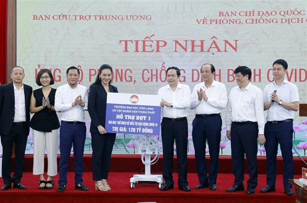 Donors present 500 respirators to support fight against COVID-19 hinh anh 1