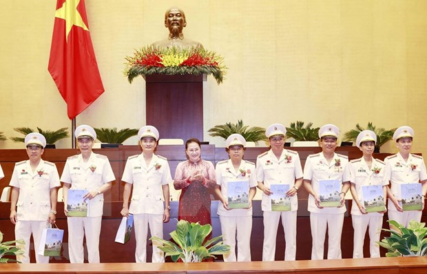 NA leader meets exemplary individuals in protecting security hinh anh 1