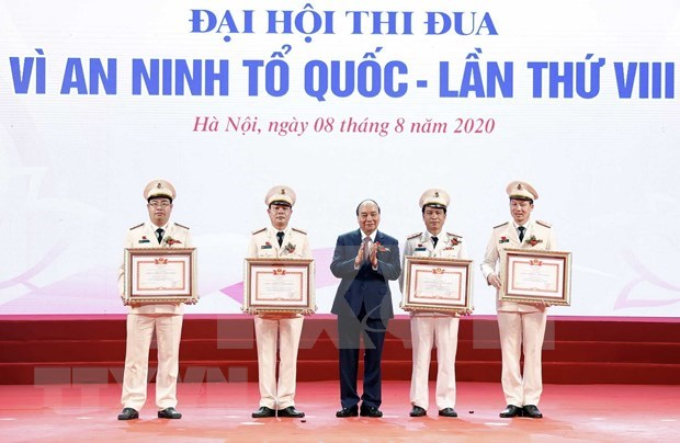 PM honours role models in safeguarding national security hinh anh 1