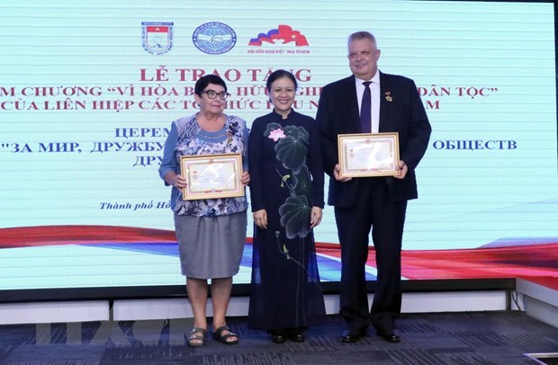 Russian officials in HCM City honoured with insignias hinh anh 1