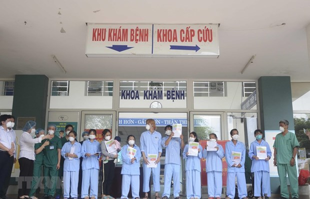 Another 12 COVID-19 patients in Da Nang, Quang Nam given all-clear hinh anh 1