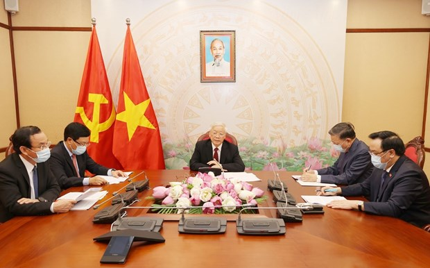 Top leaders of Vietnam, Laos hold phone talks hinh anh 1