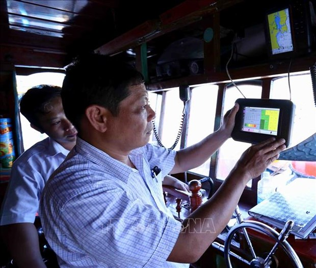 Binh Dinh finishes installing fishing vessel monitoring device hinh anh 1