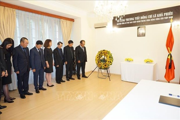 Vietnamese Embassy in Czech Republic pays tribute to former Party chief hinh anh 1