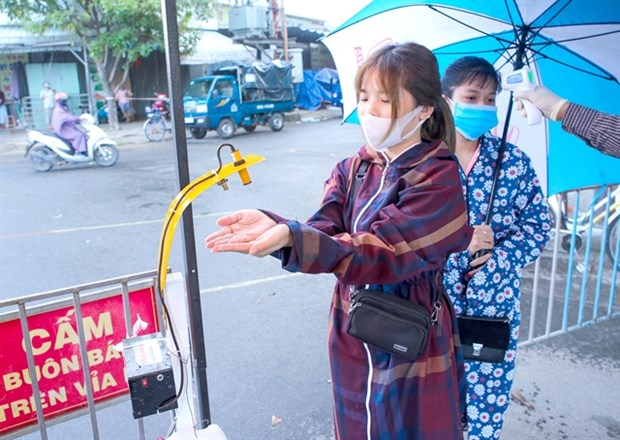 Da Nang volunteers make hands-free sanitiser dispensers hinh anh 1